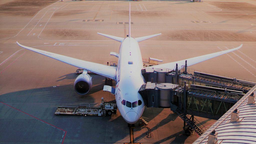 מטוס בשדה תעופה