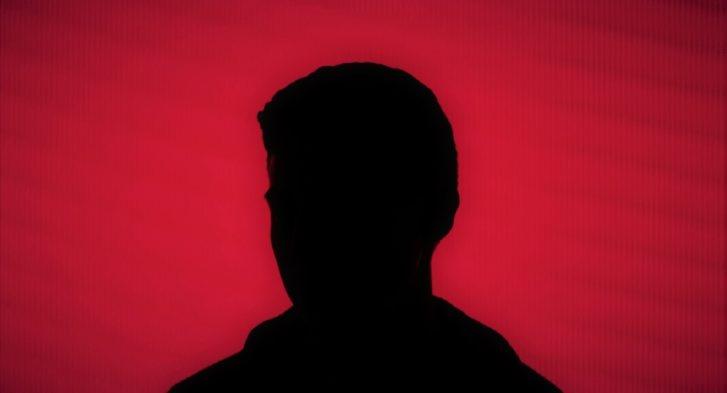 אדם לפני קיר אדום